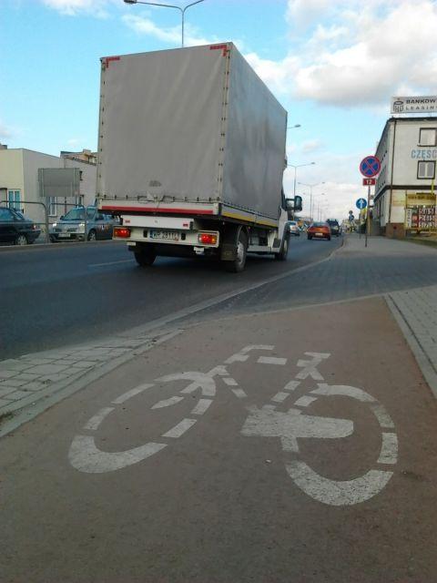 Radom. Ulica 1905 Roku - rowerzystów zapraszamy pod TiR-y