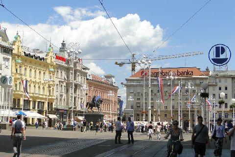 Zagrzeb. Przystanek tramwajowy na środku głównego placu