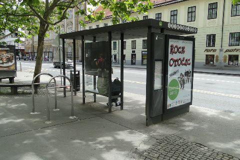Lublana. Stojaki rowerowe przy przystanku (przy każdym przystanku są 2, 3 stojaki)