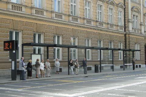 Lublana. Popularny przystanek - warto zaznaczyć, że tablice elektroniczne i parkomaty są zasilane bateriami słonecznymi