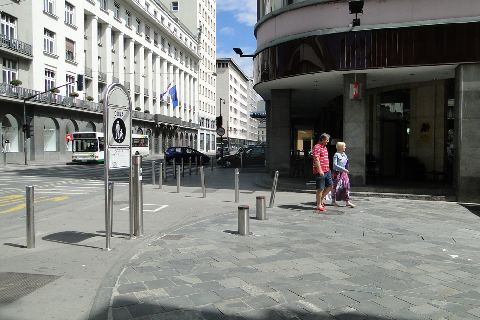 Lublana. Strefa piesza i automatyczne słupki blokujące wjazd do niej