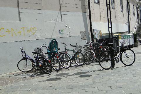 Lublana. Stojaki na rowery na głównym deptaku