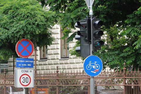 Lublana. Wjazd do centrum, zakaz parkowania, strefa 30 km/h i droga rowerowa