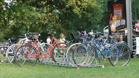 Maribor. Tymczasowy parking rowerowy zorganizowany na potrzeby festiwalu Lent