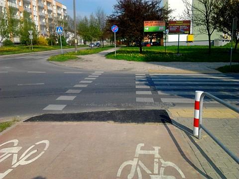Dziura w drodze rowerowej przy Sycyńskiej naprawiona!