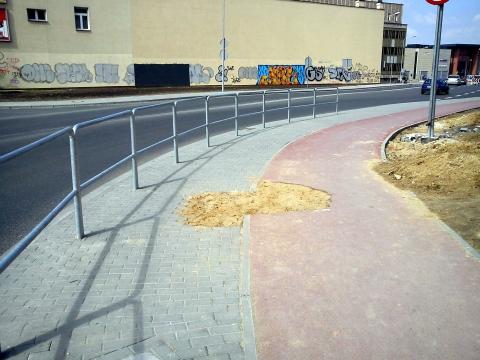 Radom. Zdewastowana droga rowerowa na ulicy Kelles-Krauza