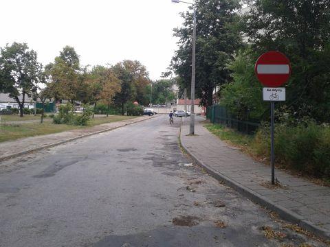 Radom. Jednokierunkowa ulica Koszarowa z dopuszczonym ruchem rowerowym pod prąc