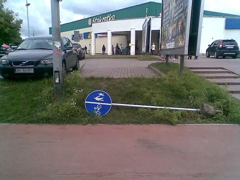 Poległy znak drogowy przy Grzecznarowskiego, Radom