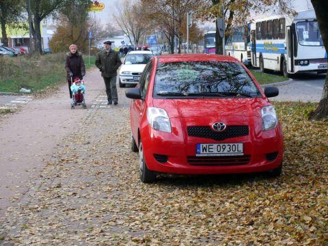 Radom. Ul. Maratońska - chodnik w roli parkingu