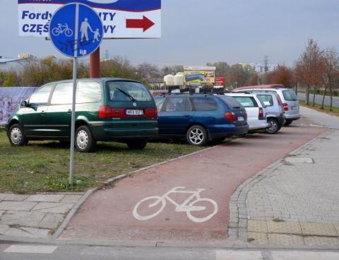 Radom. Ul. Maratońska - trawnik w roli parkingu