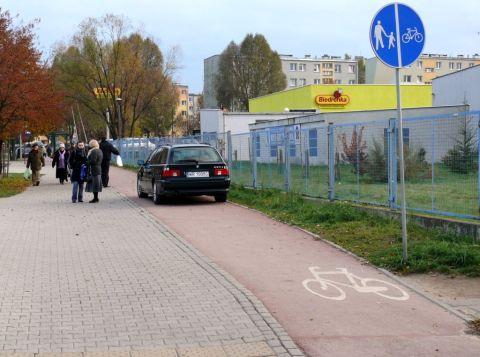Radom. Ul. Maratońska - ścieżka w roli parkingu