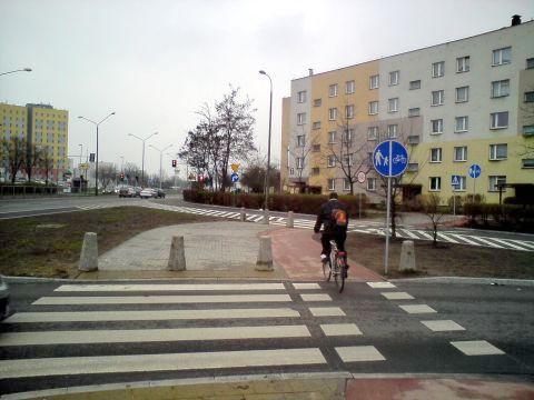 Radom. Słupki na drodze rowerowej, skrzyżowanie Grzecznarowskiego/PCK