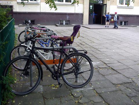 Radom. Parking rowerowy przed szkołą podstawową 31, PSP 31