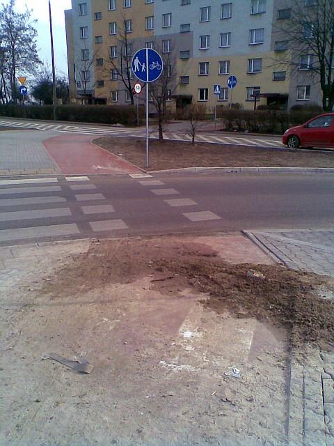 Piasek i brud na drodze dla rowerów - Radom, ul. PCK