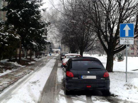 Radom. Osiedle Ustronie, jednokierunkowa uliczka osiedlowa dwukierunkowa dla rowerzystów