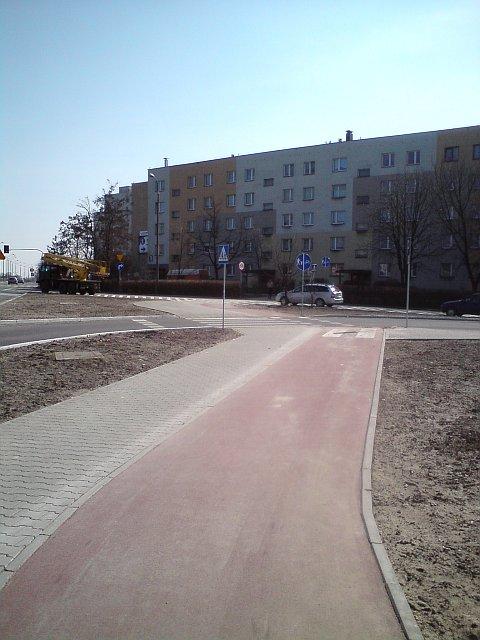 Radom. Usunięty piach z drogi rowerowej w al. Grzecznarowskiego