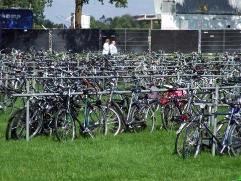 Holandia. Tymczasowy parking rowerowy na Autorodeo Denekamp