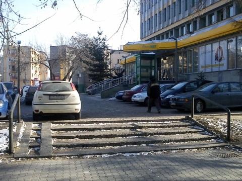 Radom. Zablokowany zjazd wózków dziecięcych przy BGŻ