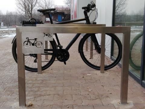 Radom. Biedronka, ul. Czarnoleska 9, stojaki dla rowerów