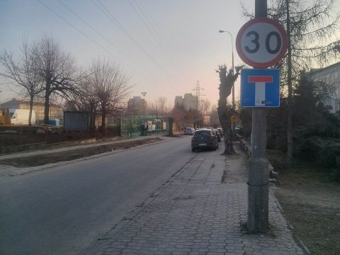 Radom. Ulica Chałubińskiego, brak oznakowania T-22