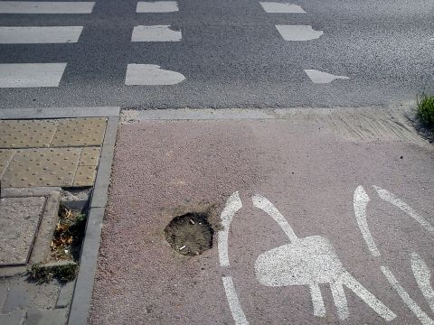 Radom. Załatany ziemią droga dla rowerów na al. Grzecznarowskiego
