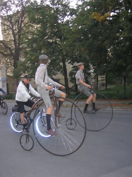 DBS 2006. Akrobaci prowadza przejazd rowerowy.