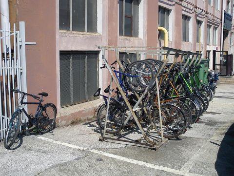 Radom. Stojak rowerowy przed wejściem na teren Fabryki Broni