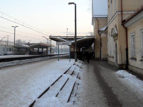 Grodzisk Mazowiecki. Dwustopniowy peron na stacji kolejowej