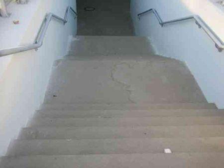 Radom. Przejście podziemne bez udogodnień dla osób niepełnosprawnych