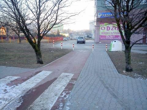 Radom. Droga rowerowa przy al. Grzecznarowskiego rozjeżdżana przez kierowców
