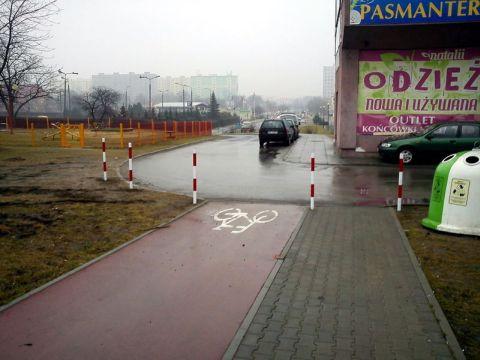 Radom. Słupki blokujące wjazd na drogę rowerową w al. Grzecznarowskiego