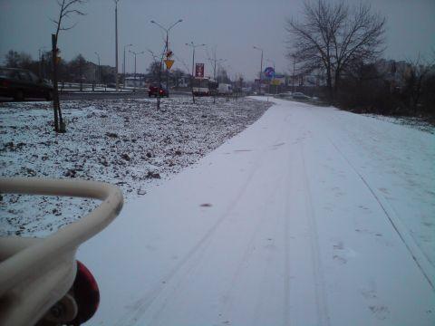 Radom. Zaśnieżona droga rowerowa w al. Grzecznarowskiego