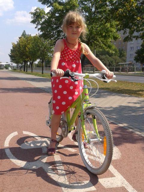 Radom. Cycle Chic na drodze rowerowej, al. Grzecznrowskiego