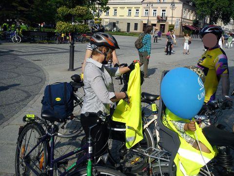 Radom. Co robią rowerzyści z kamizelkami otrzymanymi od policjantów? Chowają je do plecaków!