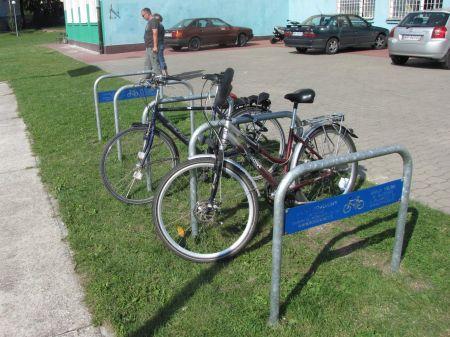 Radom. Stojaki rowerowe przed szkołami