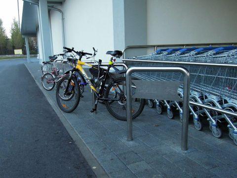 Warszawa. Stojaki rowerowe przed sklepm Lidl