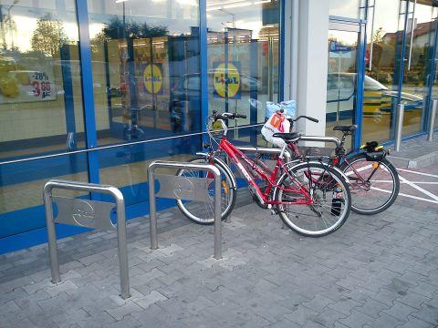 Radom. Stojaki rowerowe przed sklepm Lidl
