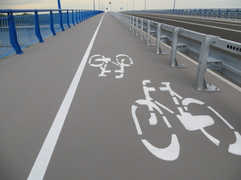 Droga dla rowerów na moście w miejscowości Kamień.Droga dla rowerów na moście w miejscowości Kamień.