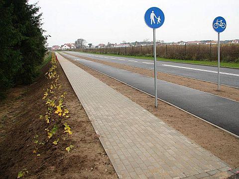 Olsztyn. Droga rowerowa przy ulicy Lotniczej. Wygrodzenia zastąpiono krzakami