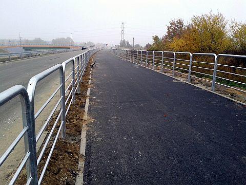 Radom. Droga rowerowa przy obwodnicy południowej, zapory przeciwpiechotne.