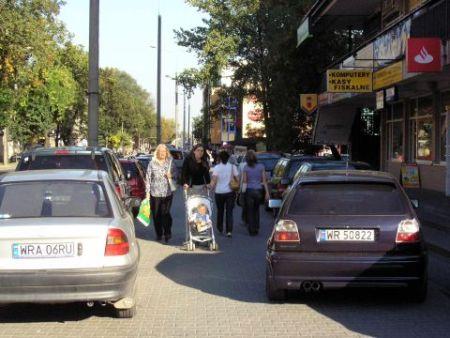 Radom. Parkowanie na chodniku