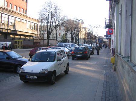 Radom, ul. Piłsudskiego. Nielgalnie parkujące samochody