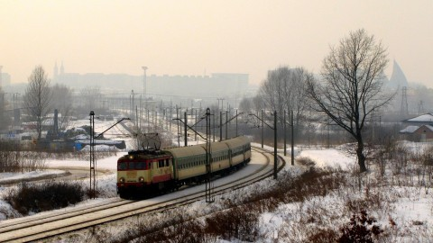 Radom. Pociąg pospieszny na tle radomskiej katedry