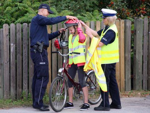Radom. Rdomska policja zakłada rowerzyście kask tyłem na przód