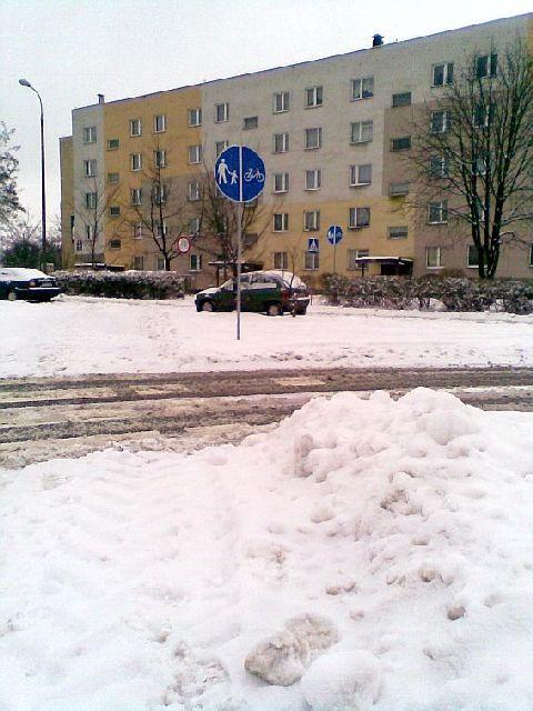 Radom. Nieodśnieżony przejazd rowerowy przez ul. PCK