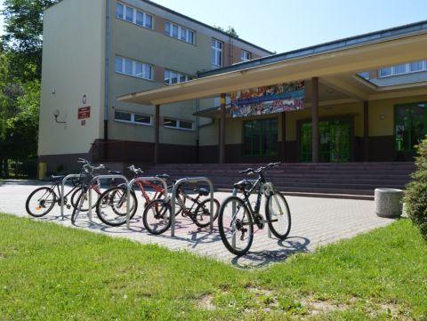 Radom. Stojaki rowerowe, publiczna szkoła podstawowa nr 34, bicycle parking rack ul. Miła