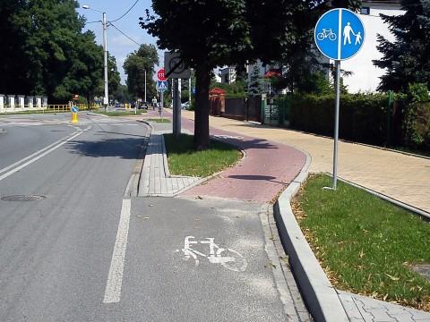 Puławy. Pas rowery przechodzi płynnie w wydzieloną drogę dla rowerów