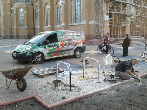 Radom. Stojaki rowerowe przed Katedrą Radomską. Bicycle parking rack