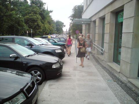 Radom. Samochody przed Galerią Rosa blokują chodnik