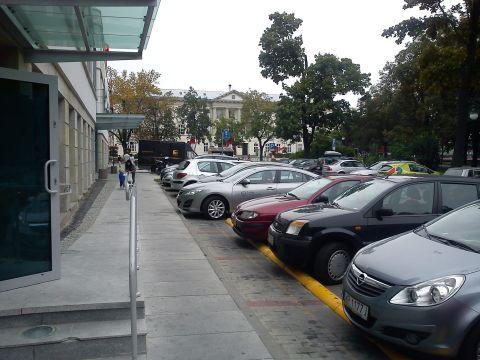 Radom. Ogranicznik parkowanie przed Galerią Rosa